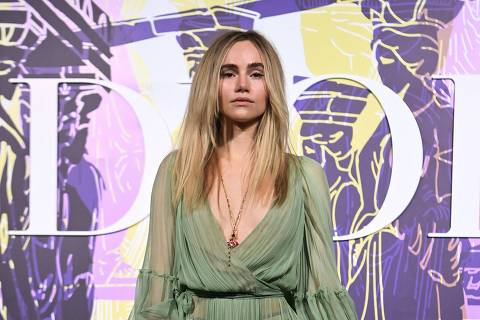 British model and actress Suki Waterhouse poses during the photocall before the 2022 Dior Croisiere (Cruise) fashion show, at the Panathenaic Stadium, in Athens, on June 17, 2021. (Photo by ARIS MESSINIS / AFP)