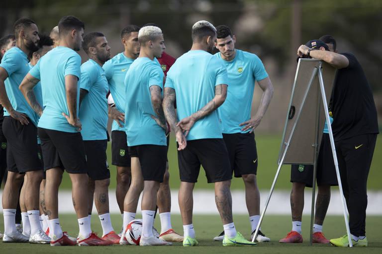Jogadores da seleção brasileira recebem orientações de André Jardine