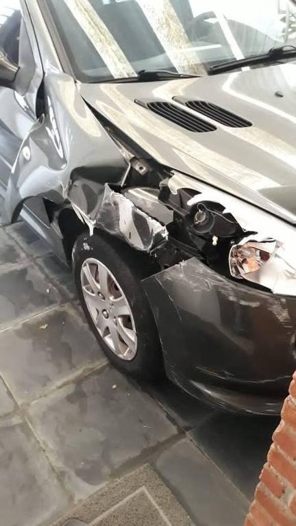 Peugeot de Ciro Nardi, que teve uma crise de sonambulismo, causada por remédio. 'Acordei com a batida do carro no poste', ele disse. Foto: Arquivo pessoal