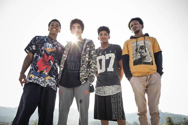 Retrato de quatro jovens negros em ambiente externo
