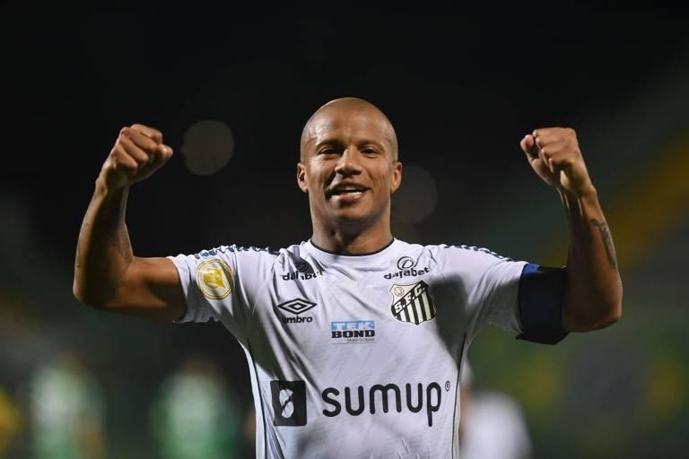 Carlos Sánchez comemora gol do Santos contra a Chapecoense