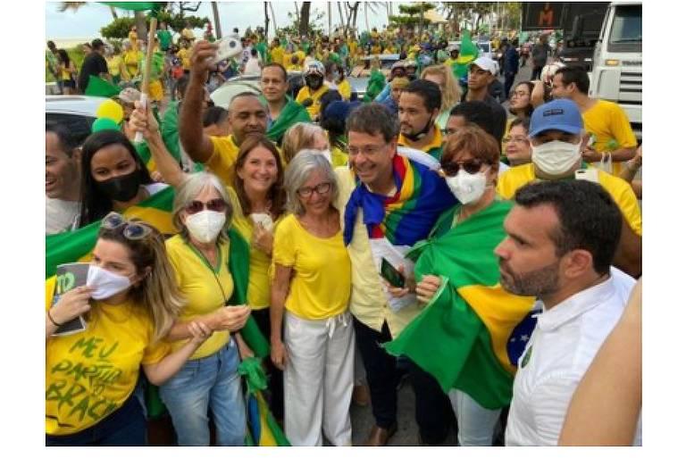 Ministro do Turismo participa de manifestações sem máscara um dia após chegar da Itália