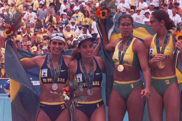 Mônica (à esq.) e Adriana Samuel, medalhas de prata, e Jaqueline e Sandra, de ouro, comemoram no pódio dominado por brasileiras na estreia do vôlei de praia como esporte olímpico, em Atlanta