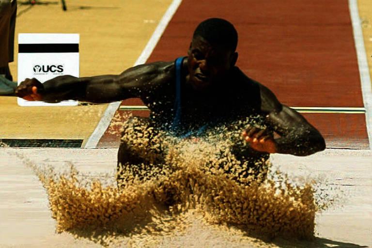 O americano Carl Lewis em um dos saltos que lhe renderam a última das nove medalhas de ouro olímpicas que acumulou na carreira