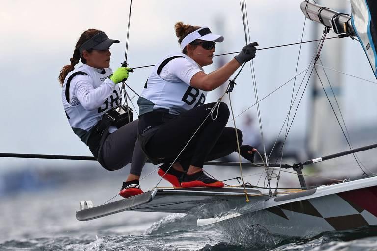 Martine Grael e Kahena Kunze durante regata na Baía de Enoshima