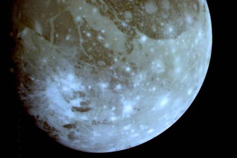 ORG XMIT: 531601_1.tif Ganimedes, maior lua do planeta Júpiter.    This photo shows Ganymede, Jupiter's largest moon, which according to a report released 17 December 2000 contain's within it an ocean of warm salt water warmed by the moon's molten core. Scientists with the American Geophysical Union have concluded that there are also organic chemicals on Ganymede's surface that proved to be the basic elements for life on earth. AFP PHOTO/NASA