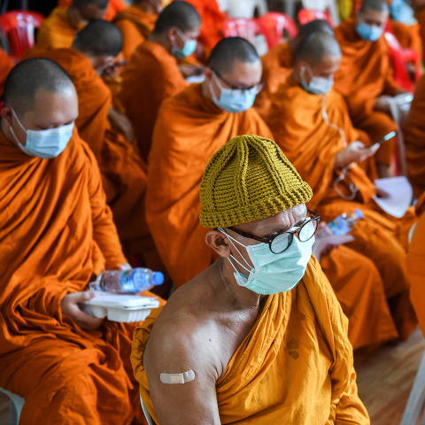 Buddhist monks wait to receive a dose of the AstraZeneca coronavirus disease (COVID-19) vaccine at a temple as the spread of COVID-19 continues in Bangkok, Thailand, July 30, 2021. REUTERS/Chalinee Thirasupa ORG XMIT: GGGTH02