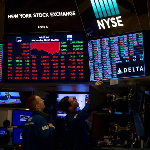 (200319) -- NUEVA YORK, 18 marzo, 2020 (Xinhua) -- Agentes trabajan en el piso de la Bolsa de Valores de Nueva York, en Nueva York, Estados Unidos, el 18 de marzo de 2020. Las acciones estadounidenses se desplomaron el miércoles en otra sesión volátil y el Dow Jones cayó a su mínimo nivel en tres años en medio de la constante propagación del coronavirus. El Promedio Industrial Dow Jones perdió 1.338,46 puntos, o 6,30 por ciento, para terminar en 19.898,92 unidades, marcando su primer cierre abajo de 20,000 desde febrero de 2017. El índice de 30 acciones cayó más de 2,300 puntos en mínimos de sesión. (Xinhua/Michael Nagle) (eb) (da)