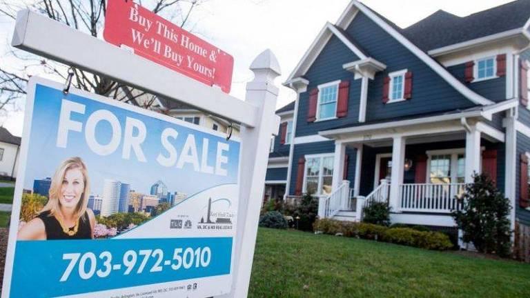 Casa com placa de venda na frente