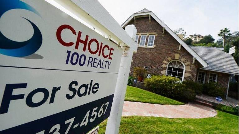 Casa com placa de vende-se na frente