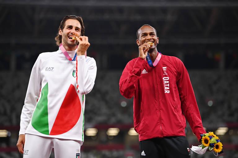 O italiano Gianmarco Tamberi e Mutaz Essa Barshim, do Catar dividem o pódio do ouro, após prova de salto em alturaa