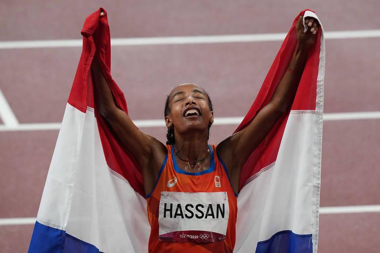 Sifan Hassan celebra a vitória nos 5.000 m, que garantiu a ela o primeiro de três ouros que almeja