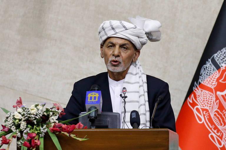 O presidente afegão, Ashraf Ghani, fala em sessão do Parlamento, em Cabul