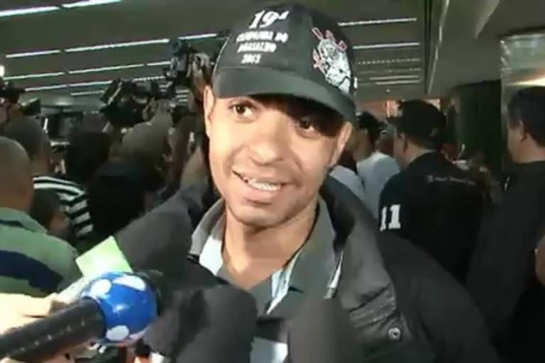 Corintiano dá entrevista na chegado ao Brasil