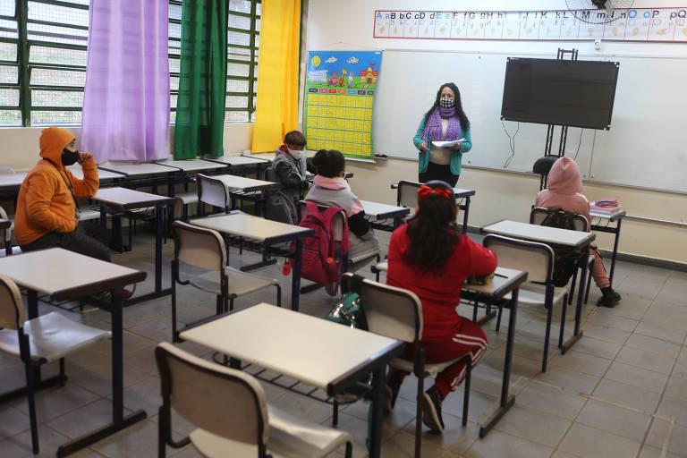 Com medidas de distanciamento social, alunos de escola estadual na zona sul de São Paulo participam de aula presencial