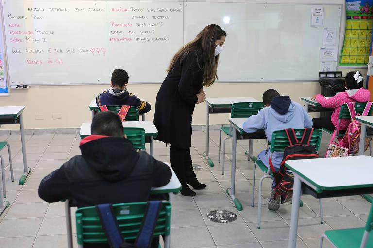 Estudantes assistem aula, com distanciamento e máscaras, na Escola Estadual Dom Agnelo Cardeal Rossi, na região do Jardim Ângela, no extremo sul da capital paulista
