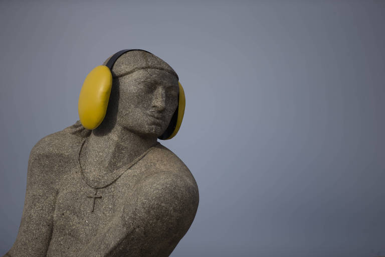 estátua com protetores amarelos nas orelhas