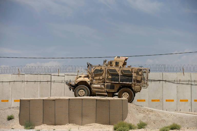 Veículo militar circula em região de base aérea americana, após a retirada dos soldados americanso em Bagram