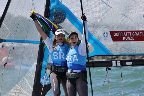 Martine Grael e Kahena Kunze velejam até o ouro e são bicampeãs das Olimpíadas