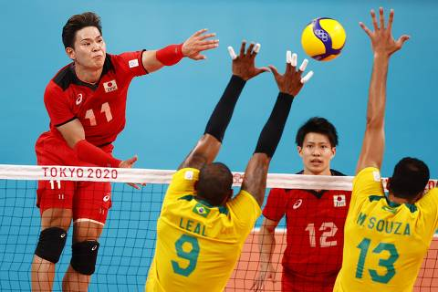 Tokyo 2020 Olympics - Volleyball - Men's Quarterfinal - Japan v Brazil - Ariake Arena, Tokyo, Japan - August 3, 2021. Yuji Nishida of Japan in action with Leal of Brazil and Mauricio Souza of Brazil. REUTERS/Carlos Garcia Rawlins