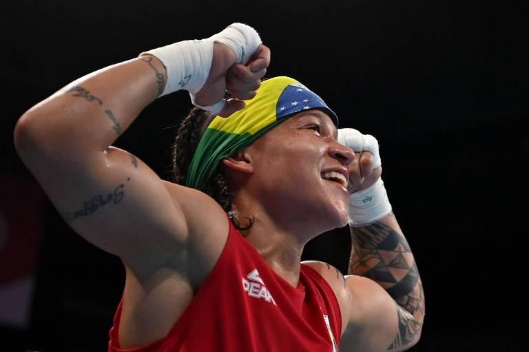 Beatriz Ferreira comemora a vitórias nas quartas de final das Olimpíadas de Tóquio