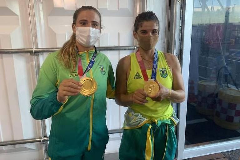 As velejadoras Kahena Kunze (à esq.) e Martine Grael exibem medalha de ouro após vitória na vela