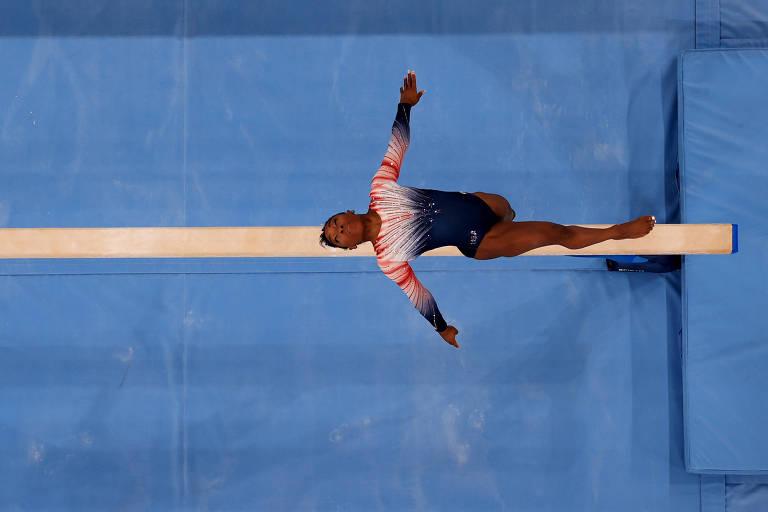 Simone Biles durante série na final da trave de equilíbrio