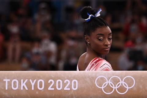 TOPSHOT - USA's Simone Biles gets ready to compete in the artistic gymnastics women's balance beam final of the Tokyo 2020 Olympic Games at Ariake Gymnastics Centre in Tokyo on August 3, 2021. (Photo by Lionel BONAVENTURE / AFP)