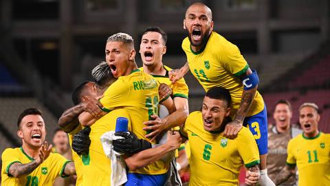 (210803) -- IBARAKI, Aug. 3, 2021 (Xinhua) -- Players of Brazil celebrate victory after the Tokyo 2020 men's football semifinal match between Brazil and Mexico at the Ibaraki Kashima Stadium in Ibaraki, Japan, Aug. 3, 2021. (Xinhua/Lu Yang)