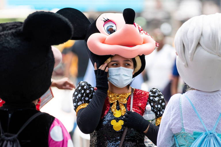 Nova York hesita em retomar obrigação de máscara em lugares fechados