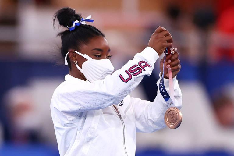 Simone Biles segura a medalha de bronze conquistada na trave