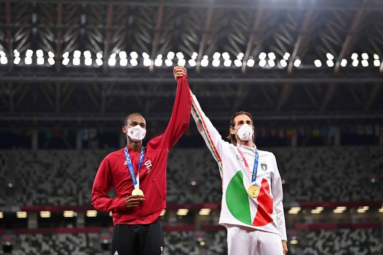 O italiano Gianmarco Tamberi e Mutaz Essa Barshim, do Catar, dividem o pódio do ouro após prova de salto em altura