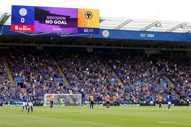 Telão indica decisão do VAR durante partida entre Leicester e Wolverhampton pela Premier League