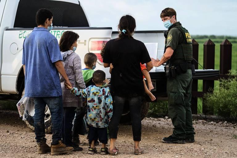 Em recuo, governo Biden mantém medida de Trump para expulsão de imigrantes