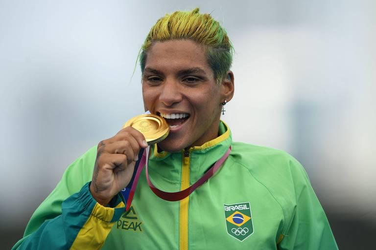 A medalhista de ouro Ana Marcela Cunha celebra a conquista no pódio dos Jogos de Tóquio