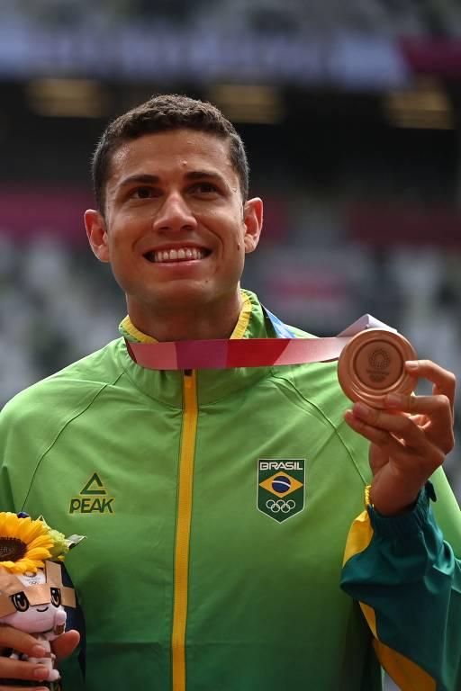 O brasileiro Thiago Braz comemora no pódio a medalha de bronze após competir no salto com vara masculino durante os Jogos Olímpicos de Tóquio 2020 no Estádio Olímpico de Tóquio