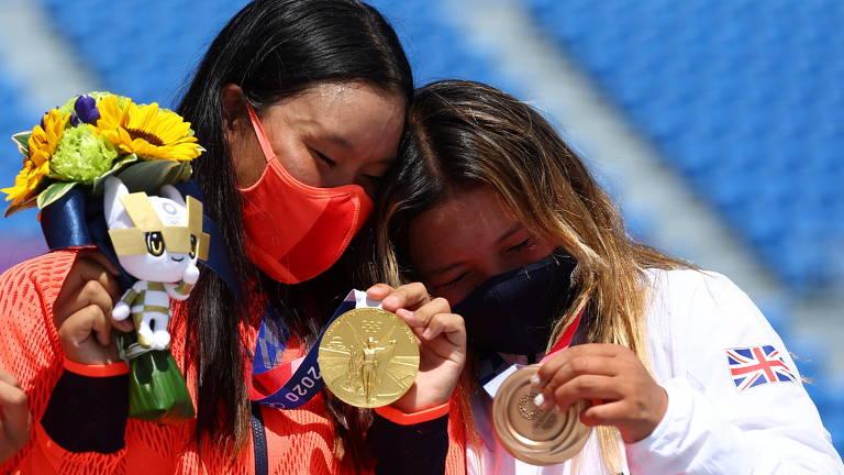 A medalha de ouro Sakura Yosozumi do Japão comemora no pódio ao lado do medalhista de bronze Sky Brown da Grã-Bretanha no no skate park