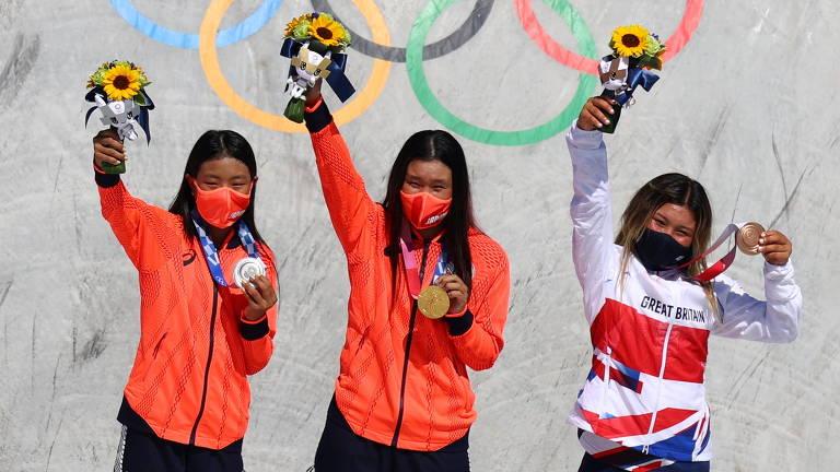 As japonesas Sakura Yosozumi (centro) e Kokona Hiraki conquistaram o ouro e a prata, respectivamente, e a britânica Sky Brown fechou o pódio com o bronze na estreia do skate park nas Olimpíadas