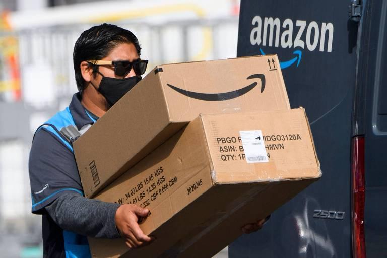 Homem carregando duas caixas de papelão