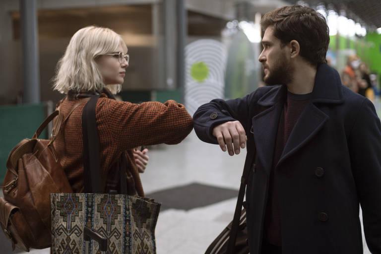 """Lucy Boynton e Kit Harington em cena da série """"Modern Love"""", do Amazon Prime Video. No episódio, dois desconhecidos têm uma conexão amorosa num trem, no começo da pandemia de Covid-19, e decidem não trocar o número de telefone, mas se encontrar na mesma estação duas semanas depois"""