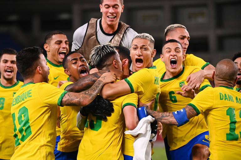 Jogadores da seleção brasileira comemoram classificação para a final do futebol