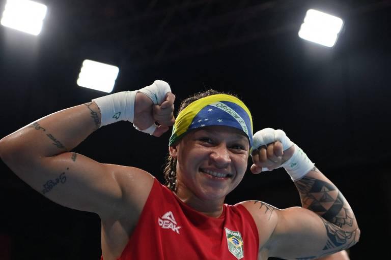 Bia Ferreira comemora vitória sobre uzbeque Raykhona Kodirova nas quartas de final do boxe