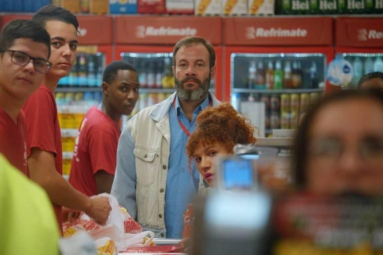 Imagem do filme com seis pessoas olhando em direção a camera em um supermercado