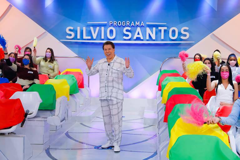 Silvio Santos grava de pijama no SBT e diz que foi presente das filhas