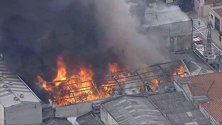 Galpão de tecidos pega fogo nesta quarta (4), no Bom Retiro