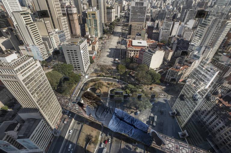 """No Sampa Sky é possível """"deitar"""" sobre o viaduto Santa Ifigênia e ver o trânsito de São Paulo a 150 metros de altura"""