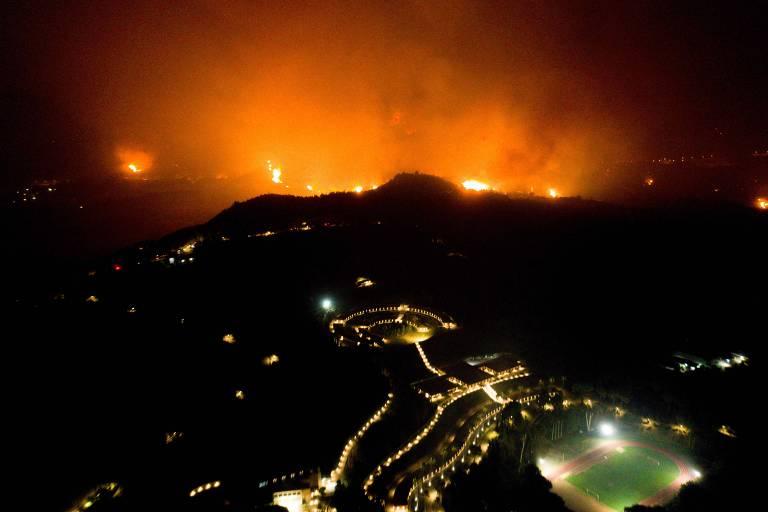 Incêndio na Grécia, balonismo na Inglaterra e memorial em Beirute; veja fotos de hoje