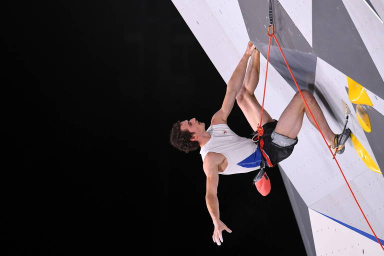 Adam Ondra, da República Tcheca, compete pela escalada no Parque de Esportes Urbanos de Aomi
