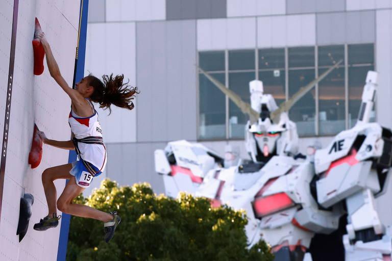 Laura Rogora, da Itália, compete na escalada nos Jogos de Tóquio
