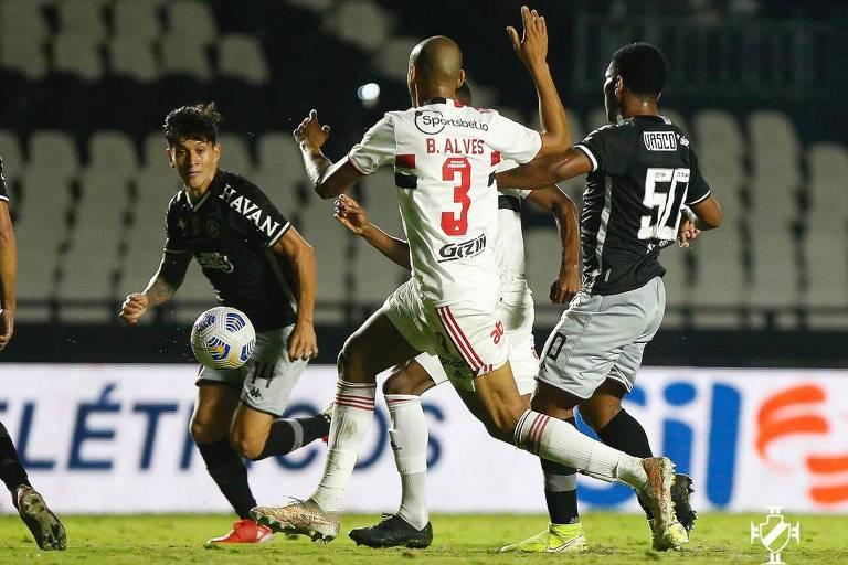 Bruno Alves disputa a bola durante partida entre São Paulo e Vasco pela Copa do Brasil